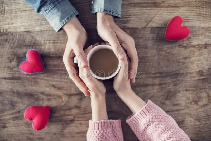 拿着咖啡杯的恋人 免版税库存图片