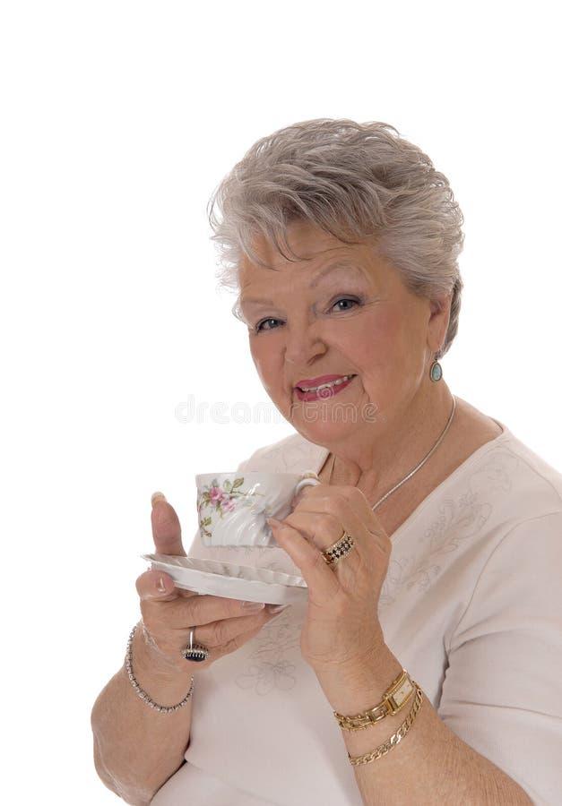 拿着咖啡杯的资深妇女 库存照片