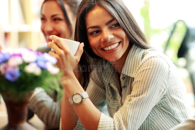 拿着咖啡的女实业家 免版税图库摄影