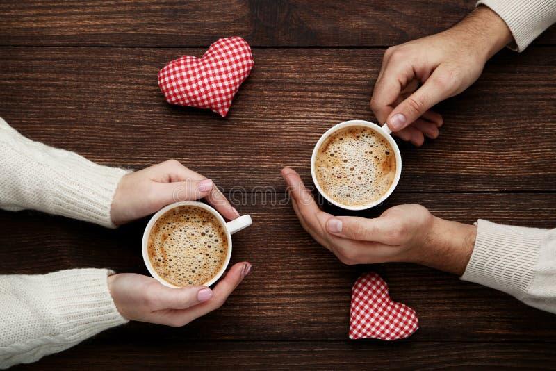 拿着咖啡的手 免版税库存图片