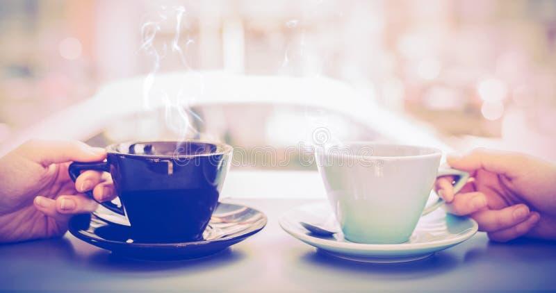 拿着咖啡的朋友 免版税库存图片