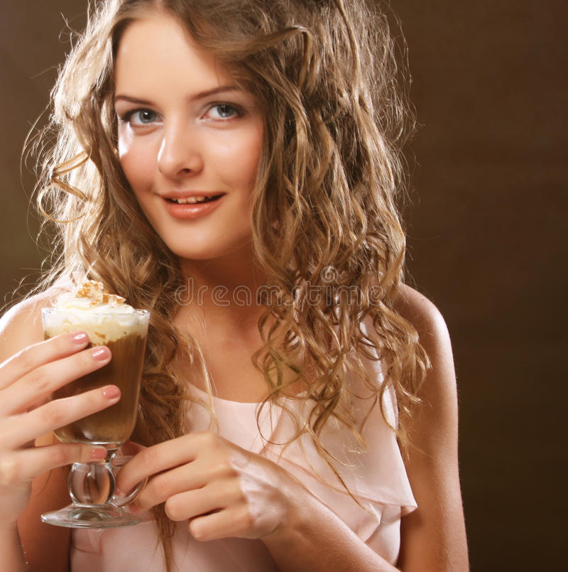 拿着咖啡馆拿铁杯子的年轻白肤金发的妇女画象  免版税图库摄影