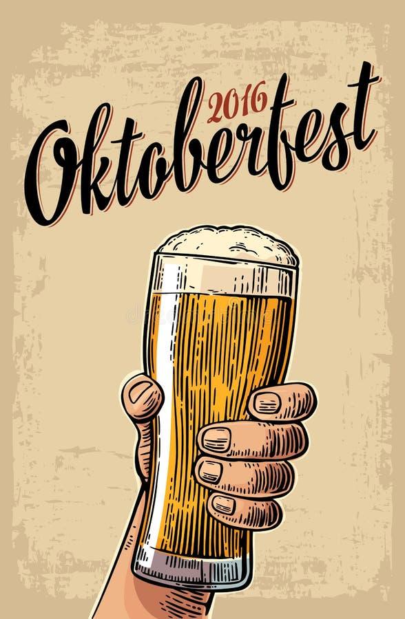 拿着啤酒杯的男性手 葡萄酒传染媒介网的板刻例证,海报,对啤酒党时间的邀请 向量例证