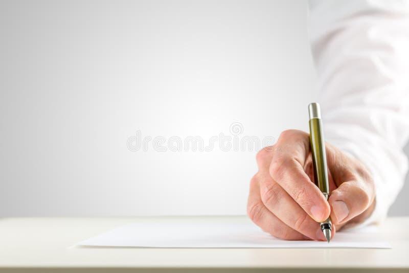 拿着圆珠笔的手为了开始书写 免版税库存照片