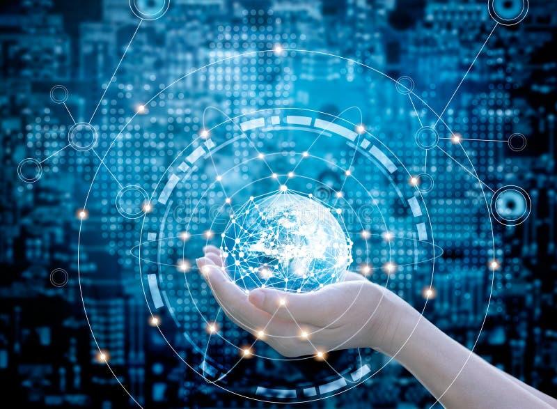 拿着圈子在深蓝抽象背景的手全球网络连接 免版税库存图片