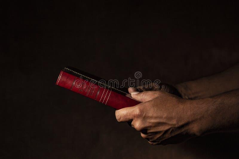 拿着圣经的手 免版税库存图片