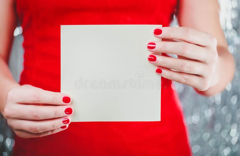 拿着圣诞快乐卡片或信件的女性手对圣诞老人 Xmas和新年题材 免版税库存照片