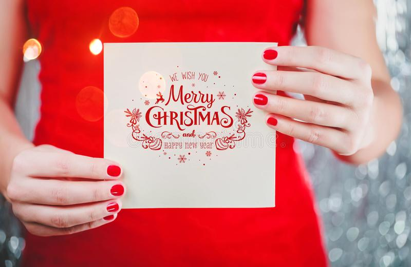 拿着圣诞快乐卡片或信件的女性手对圣诞老人 Xmas和新年题材 库存照片