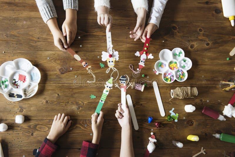 拿着圣诞节字符的小孩装饰了冰棍儿棍子 免版税图库摄影