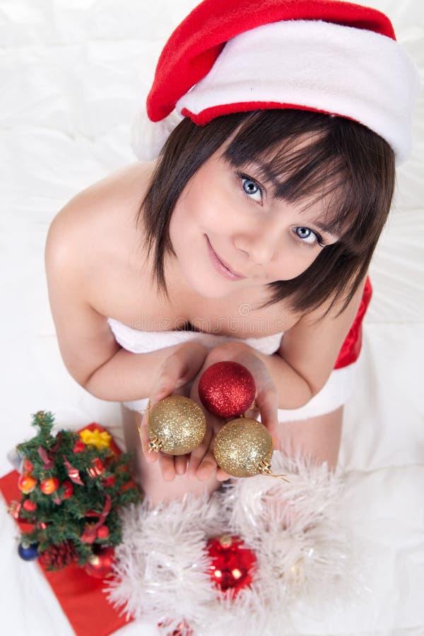 拿着圣诞节球的女孩 图库摄影