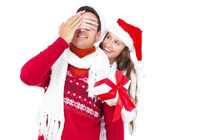 拿着圣诞节礼物的欢乐夫妇 库存照片