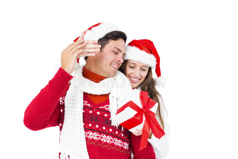 拿着圣诞节礼物的欢乐夫妇 免版税图库摄影