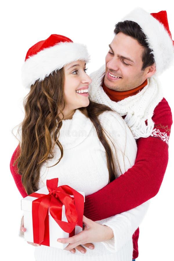 拿着圣诞节礼物的欢乐夫妇 免版税库存图片