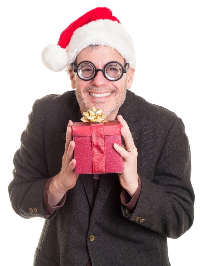 拿着圣诞节礼物的滑稽的人 免版税图库摄影