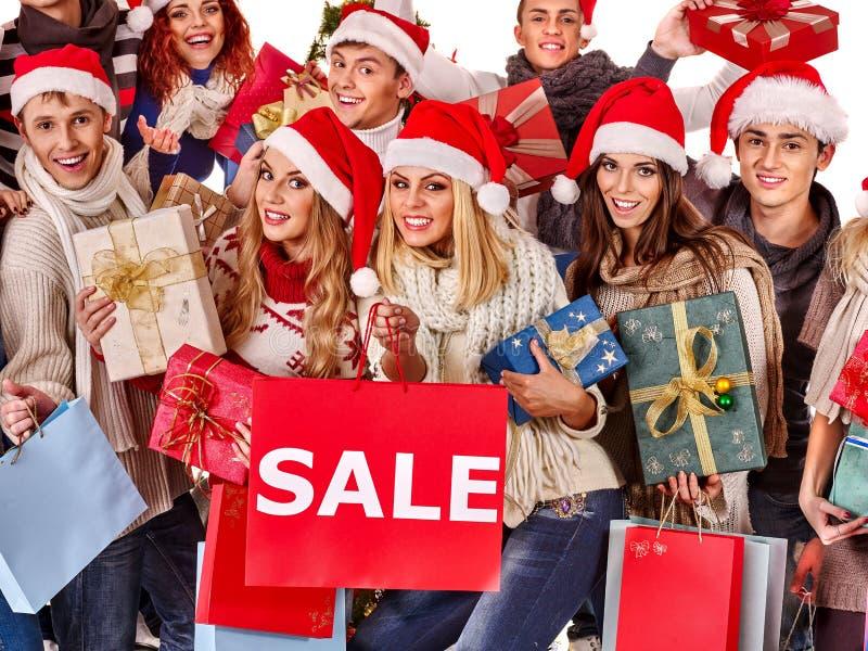 拿着圣诞节礼物盒的圣诞老人帽子的女孩 图库摄影