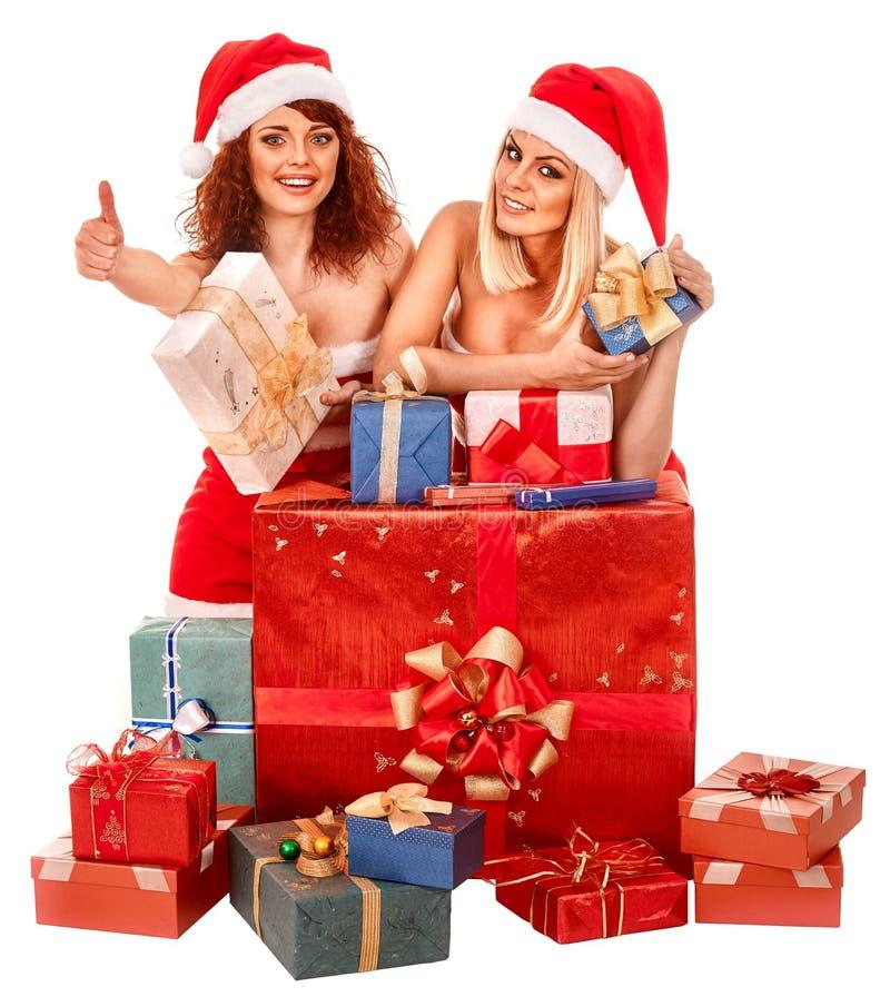 拿着圣诞节礼物盒的圣诞老人帽子的女孩 免版税库存照片