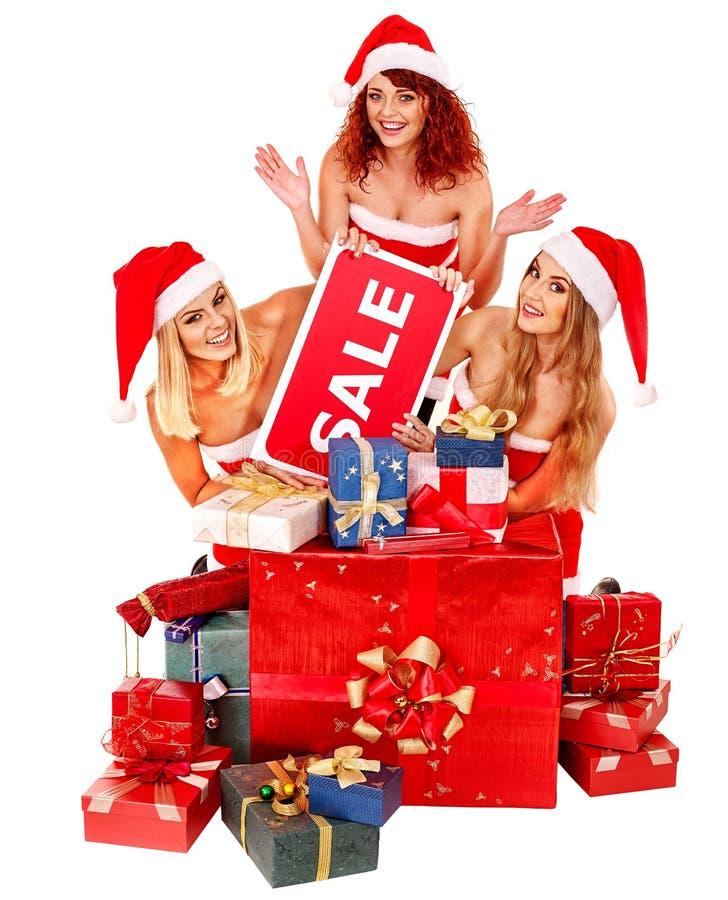 拿着圣诞节礼物盒的圣诞老人帽子的女孩 免版税图库摄影