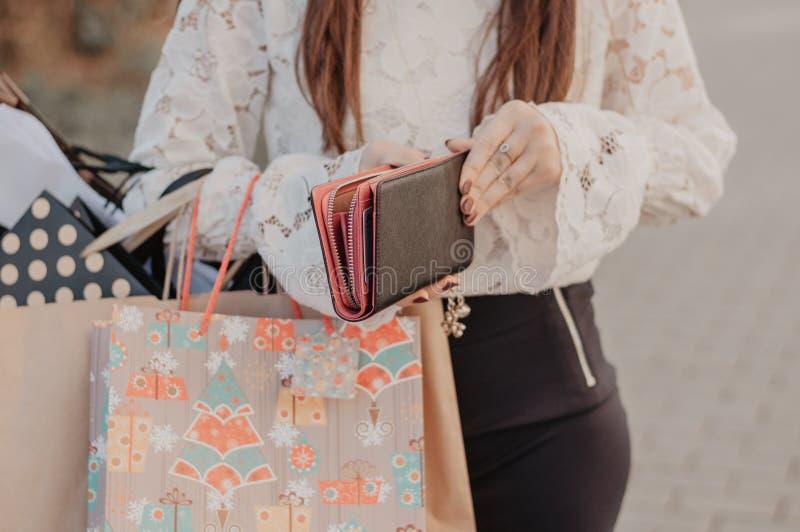 拿着圣诞节购物袋的少妇 免版税库存照片