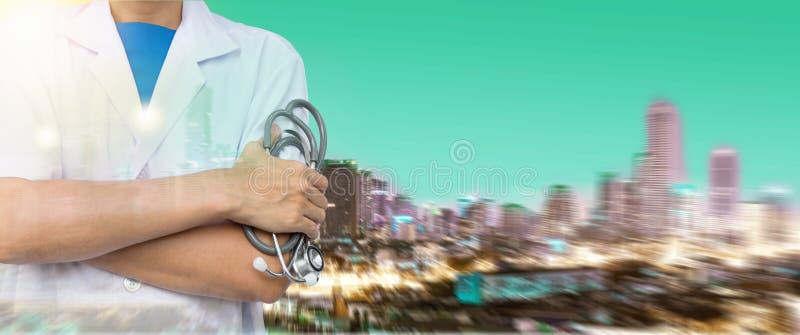 拿着在大厦的医生两次曝光听诊器 免版税库存照片