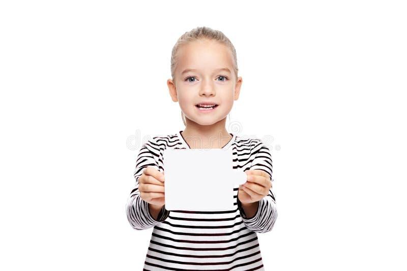 拿着在她前面的少女空插件 在白色背景的语言矫正概念 正确发音和清楚的发音 免版税库存图片