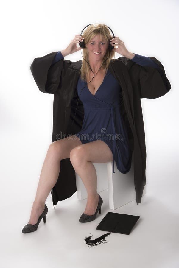 拿着在她的头的妇女耳机 图库摄影