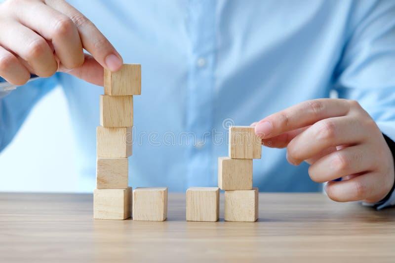 拿着在桌背景,企业概念背景,模板的人手空白的木立方体 图库摄影