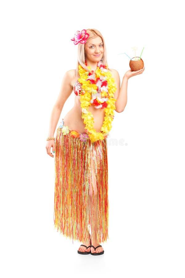 拿着在椰子的妇女一个异乎寻常的鸡尾酒 库存图片