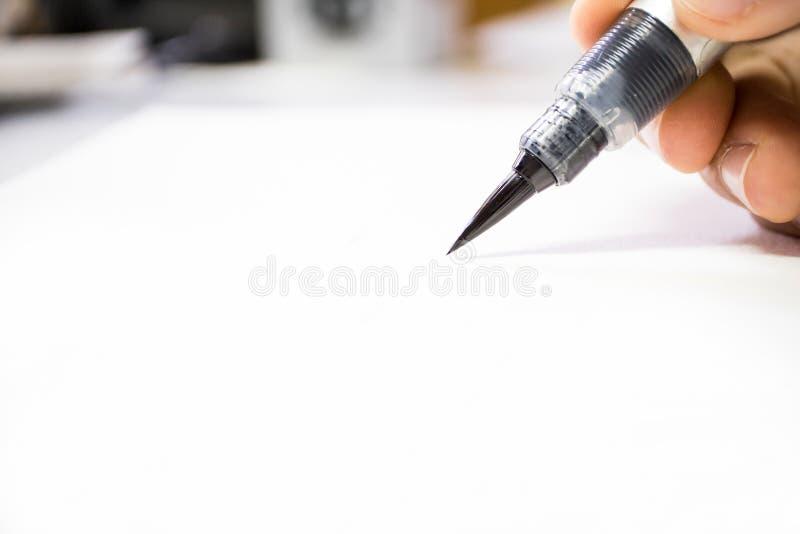 拿着在白皮书的艺术刷子 图库摄影
