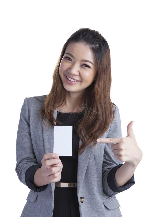 拿着在白色的女实业家无具体金额的信用证卡片 库存图片