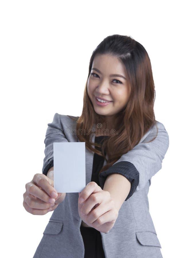 拿着在白色的女实业家无具体金额的信用证卡片 免版税图库摄影