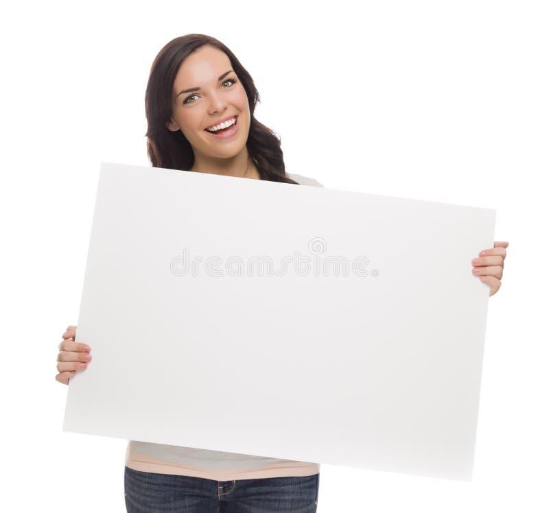 拿着在白色的美丽的混合的族种女性空白的标志 图库摄影