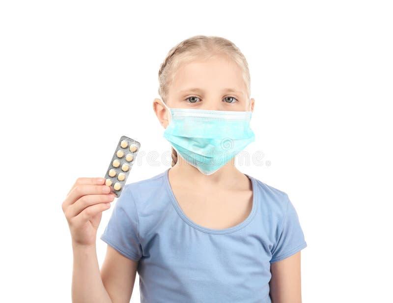 拿着在白色背景的防毒面具的女孩药片 r 免版税库存图片
