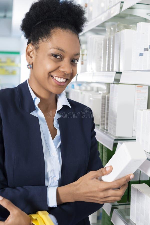 拿着在药房的确信的女实业家医学小包 库存照片