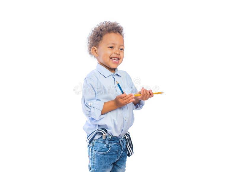 拿着在蓝色背景的愉快的孩子圣诞礼物 背景圣诞节关闭红色时间 儿童` s生日 免版税库存照片