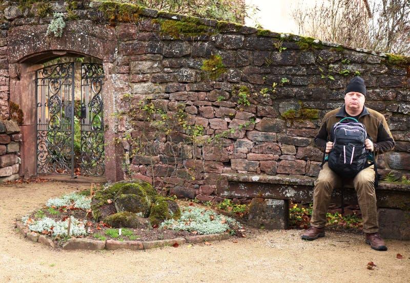 拿着在长凳的人一个袋子在Malberg城堡在德国 免版税库存照片