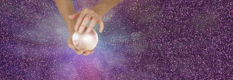 拿着在闪耀的横幅的算命者水晶球 免版税库存图片