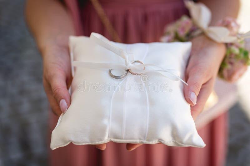 拿着结婚戒指的女傧相 免版税库存图片