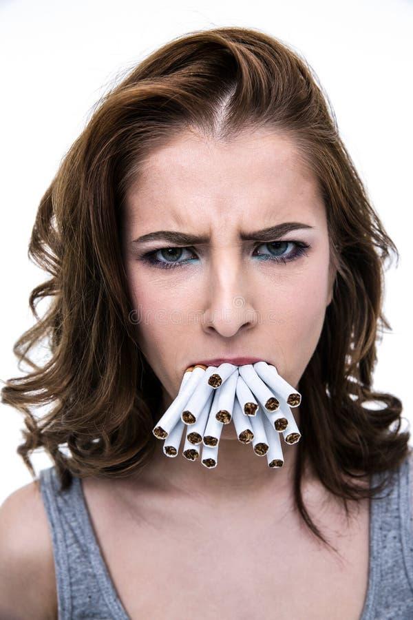拿着在嘴的妇女许多香烟 库存图片