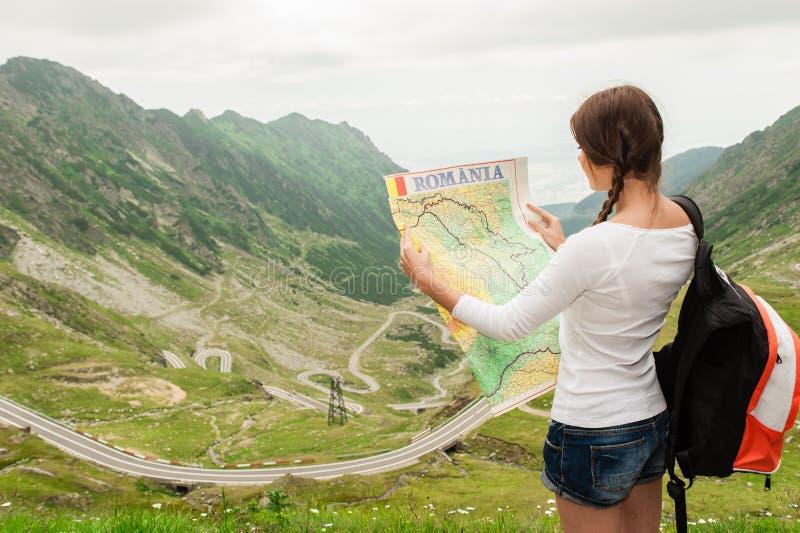 拿着地图的小姐远足者 免版税库存图片