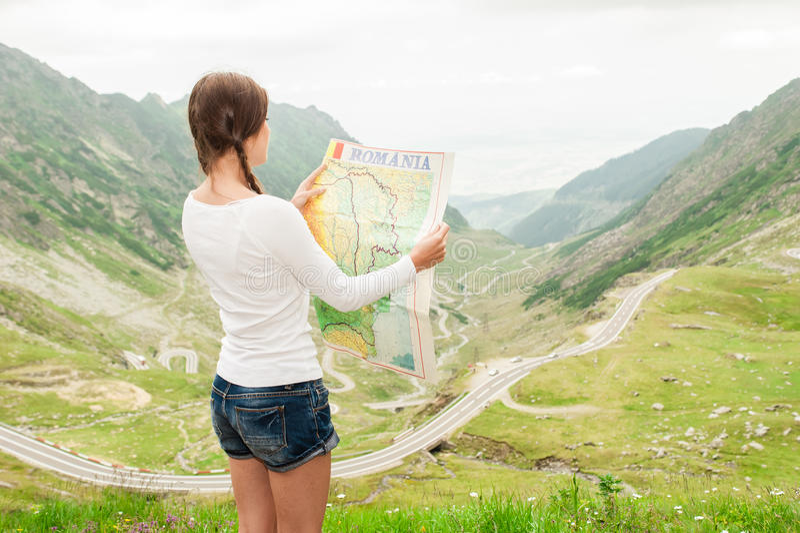 拿着地图的小姐远足者 免版税库存照片