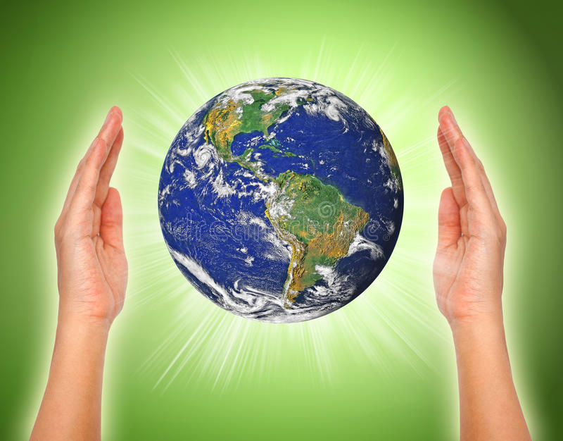 拿着地球的妇女的手 库存例证