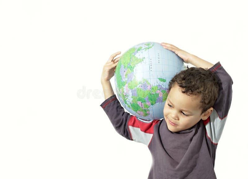 拿着地球的小男孩 免版税库存照片