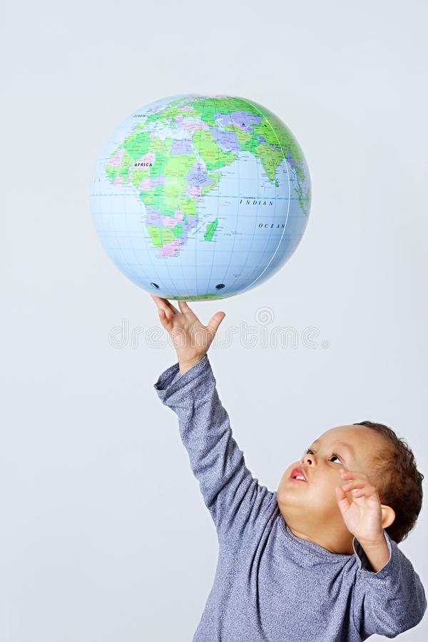 拿着地球的小男孩 库存照片