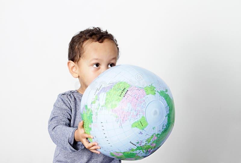 拿着地球的小男孩 免版税库存图片
