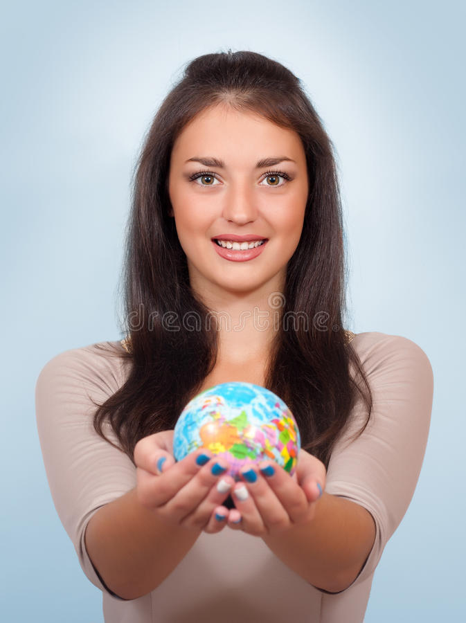 拿着地球的微笑的妇女 库存照片