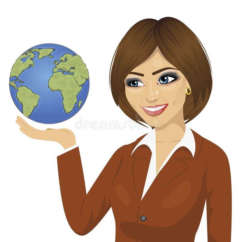 拿着地球的年轻愉快的可爱的深色的女实业家 向量例证