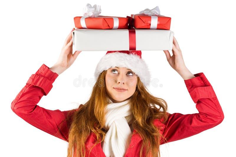 拿着堆礼物的欢乐红头发人 库存照片