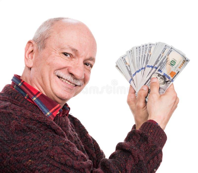 拿着堆金钱的老人 一个激动的老商人的画象 免版税库存照片