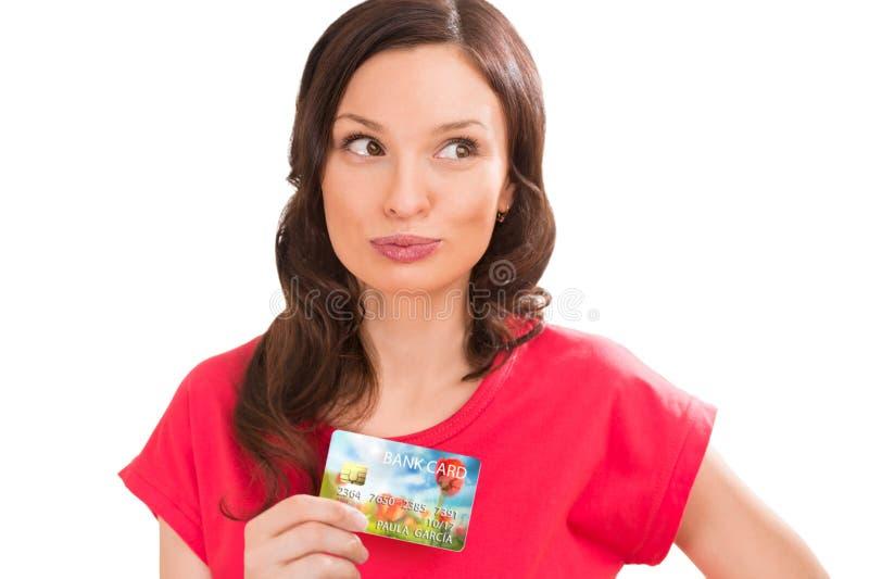 拿着塑料银行卡的年轻俏丽的妇女 免版税库存图片