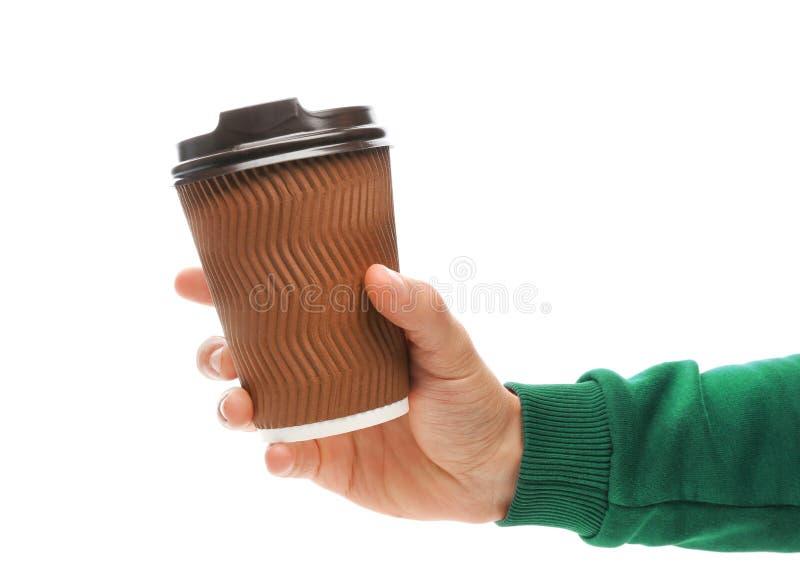 拿着外带的纸咖啡杯的人 免版税图库摄影